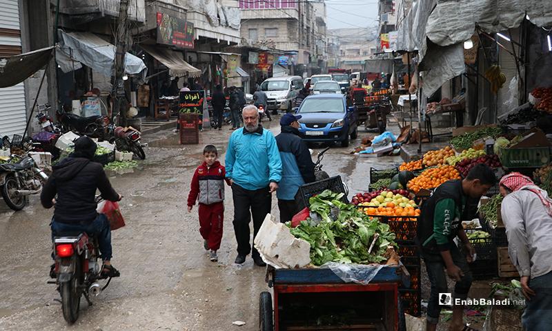 محل خضروات وفواكه في مدينة الباب بريف حلب أثناء الأجواء الرمضانية الماطرة- 24 من نيسان (عنب بلدي)