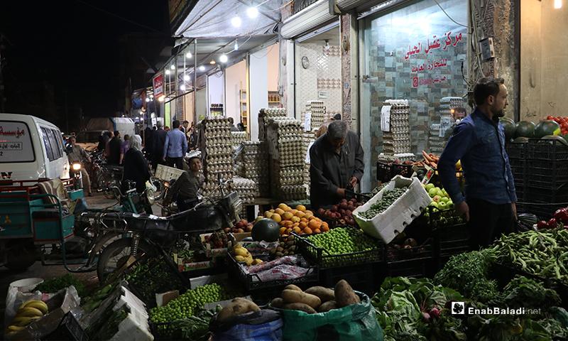 بائع خضراوات وفاكهة في مدينة الباب بريف حلب ليلة رمضان- 23 من نيسان (عنب بلدي)
