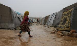 طفل وفتاة بمخيم حلب لبيه- 24 من نيسان (عنب بلدي)
