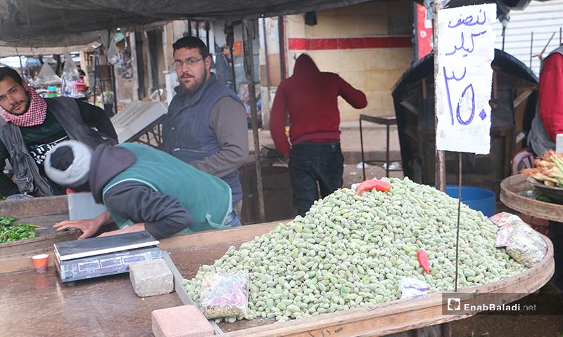عربة لوز أخضر في سوق مدينة إدلب- 7 من نيسان (عنب بلدي)