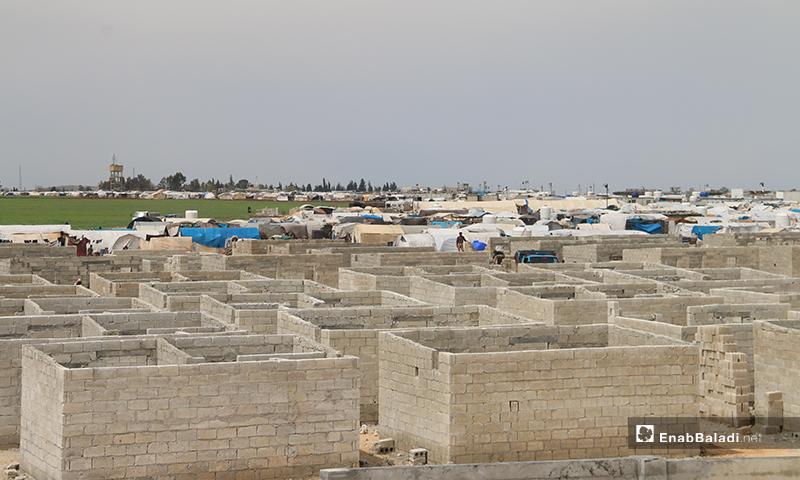 منظمة الإغاثة التركية (IHH) تبني وحدات سكنية في مخيم المقاومة شمالي مدينة اعزاز بريف حلب، للنازحين من ريفي إدلب وحلب- 7 من نيسان (عنب بلدي)