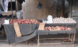 صورة لبسطة ثوم وبصل في سوق مدينة إدلب- 7 من نيسان (عنب بلدي)