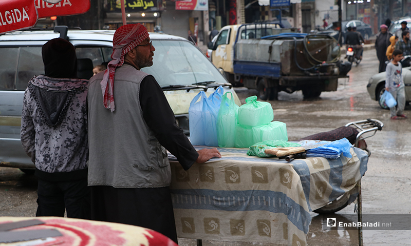 بائع متجول في مدينة الباب بريف حلب أثناء الأجواء الرمضانية الماطرة- 24 من نيسان (عنب بلدي)