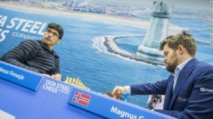 """فيروزجا (يسار) يواجه بطل العالم كارلسن خلال الجولة التاسعة من بطولة """"تاتا ستيل"""" للشطرنج- (CNN)"""