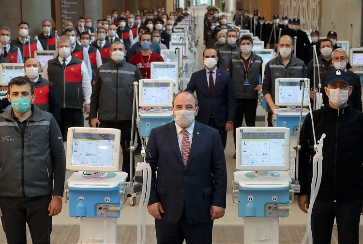 وزير الصناعة والتكنولوجيا التركي، مصطفى فارانك، مرتديًا كمامة رفقة مهندسين أتراك شاركو بصنع أجهزة التنفس المحلية في افتتاح المرحلة الأولى من مستشفى مدينة باشاك شهير في اسطنبول- 20 من نيسان (الأناضول)