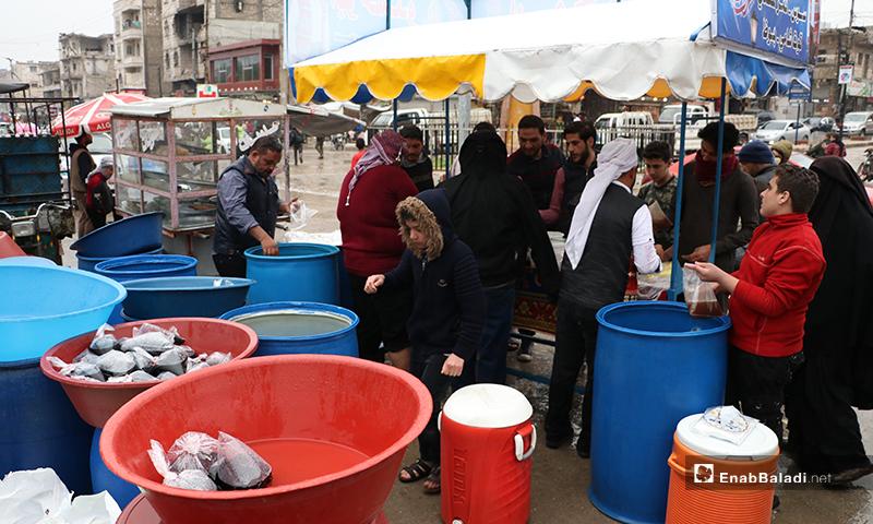بائع مشروبات تشتهر في رمضان مثل عرق السوس والتمر الهندي، في مدينة الباب بريف حلب- 24 من نيسان (عنب بلدي)