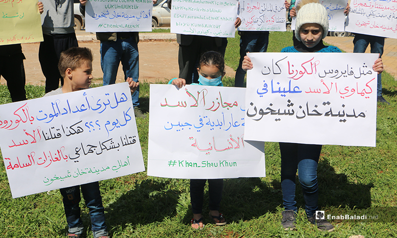وقفة احتجاجية في مدينة إدلب إحياءً للذكرى الثالثة لمجزرة الكيماوي التي نفذها النظام السوري على خان شيخون- 4 من نيسان (عنب بلدي)