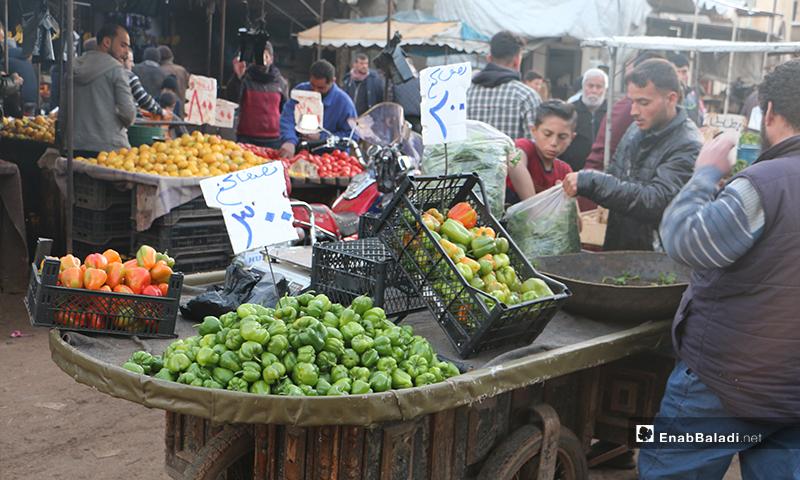 عربة خضرة في سوق مدينة إدلب- 7 من نيسان (عنب بلدي)