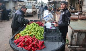 بائع خضرة وعربته في سوق مدينة إدلب- 7 من نيسان (عنب بلدي)
