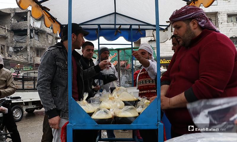 أهالي من مدينة الباب بريف حلب يشترون العصائر الرمضانية خلال الأجواء الماطرة في المدينة- 24 من نيسان (عنب بلدي)