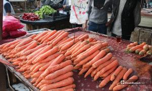 صورة لبسطة جزر في سوق مدينة إدلب- 7 من نيسان (عنب بلدي)