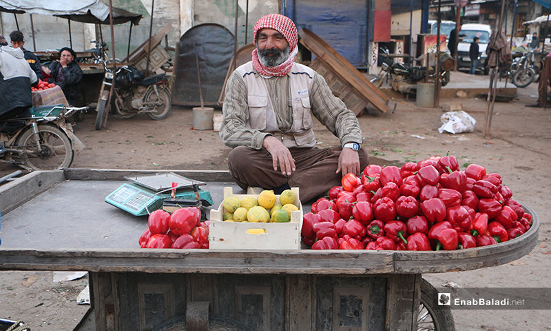 بائع خضرة يجلس على عربته في سوق مدينة إدلب- 7 من نيسان (عنب بلدي)
