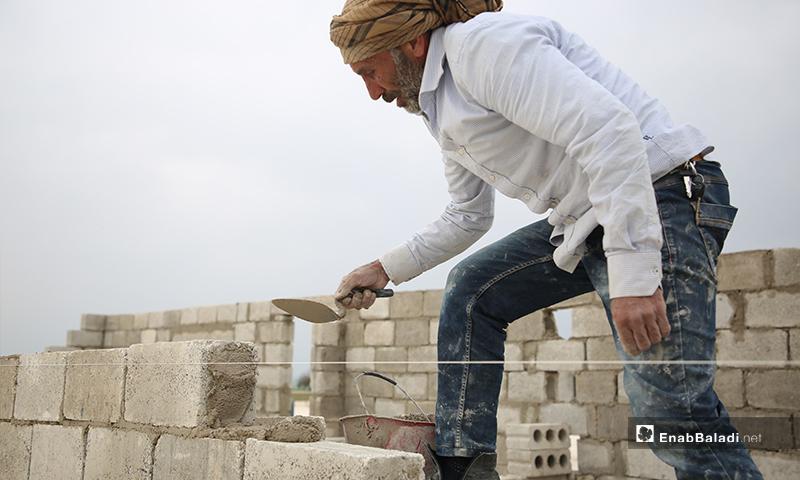 بناء وحدات سكنية إسمنتية عوضًا عن الخيام للنازحين في مخيمات ريف حلب الشمالي حلب- 15 من نيسان (عنب بلدي)