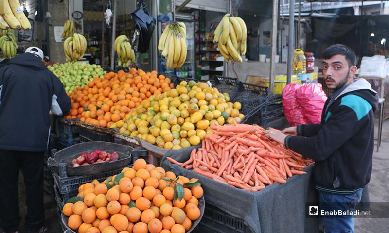 بائع فواكه وخضرة في سوق مدينة إدلب- 7 من نيسان (عنب بلدي)