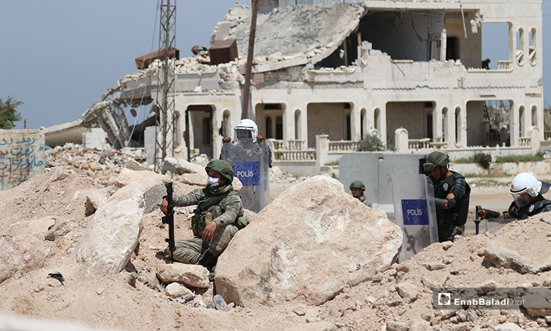 تمركز عناصر الجيش التركي وآلياته العسكرية على طريق اللاذقية-حلب الدولي (M4)، في الشمال السوري لحماية تسيير الدوريات المشتركة مع روسيا- 17 من نيسان (عنب بلدي)