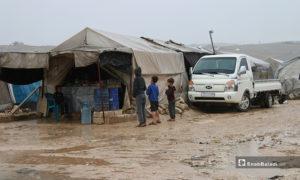 أطفال أمام خيمة لبيع المنتجات الغذائية في مخيم حلب لبيه- 24 من نيسان (عنب بلدي)