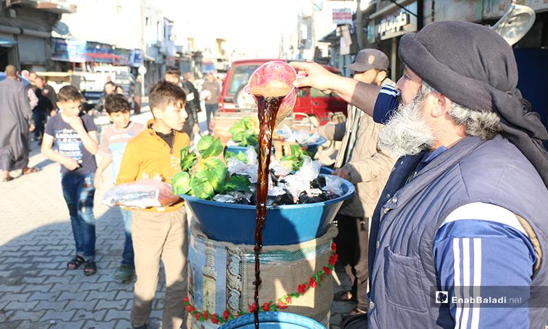 رجل مسن يبيع المشروبات الرمضانية (سوس، تمر هندي) في مدينة اعزاز بريف حلب- 30 من نيسان (عنب بلدي)
