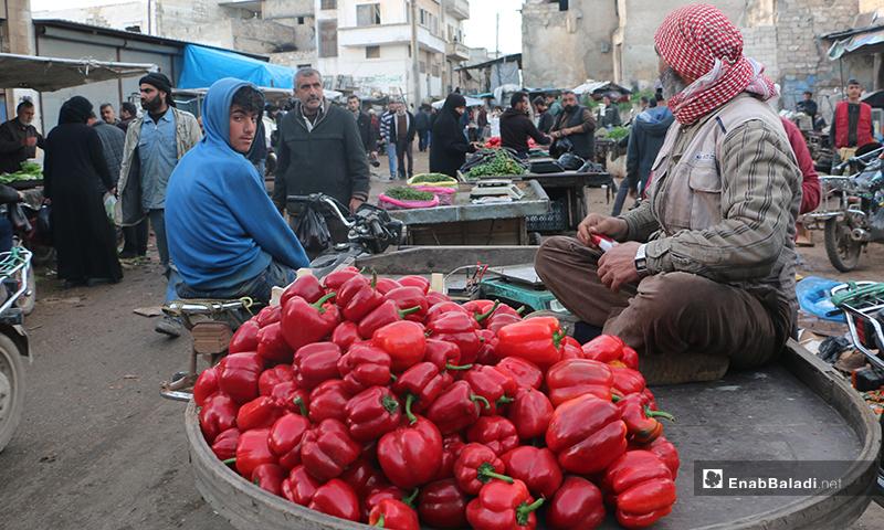 بائع خضرة جالس على عربته في سوق مدينة إدلب- 7 من نيسان (عنب بلدي)