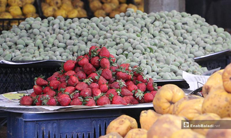محل فواكه في سوق مدينة إدلب- 7 من نيسان (عنب بلدي)