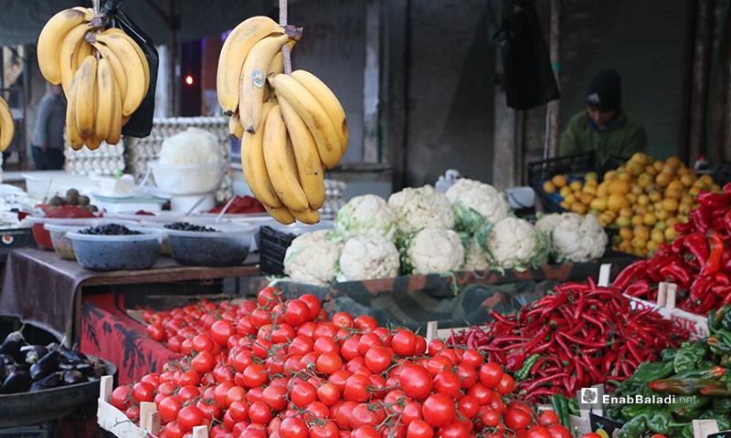 محل فواكه وخضرة في سوق مدينة إدلب- 7 من نيسان (عنب بلدي)