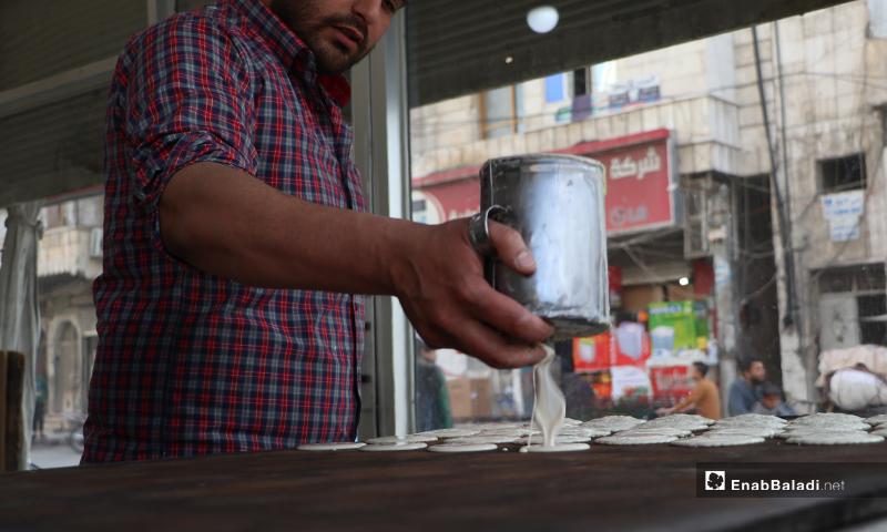 بائع حلويات يصنع القطايف قبل أذان المغرب والإفطار في مدينة الباب بريف حلب- (عنب بلدي)
