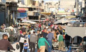 الاكتظاظ السكاني لأهالي مدينة اعزاز في ريف حلب خلال شراء احتياجاتهم قبل الإفطار برمضان- 30 من نيسان (عنب بلدي)