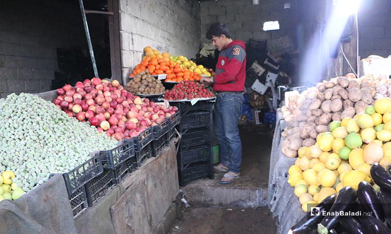طفل يبيع الخضرة والفواكه في سوق مدينة إدلب- 7 من نيسان (عنب بلدي)