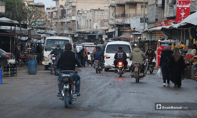 حركة الناس في سوق مدينة إدلب- 7 من نيسان (عنب بلدي)