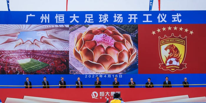 """الناس يحضرون الاحتفال الرائد لملعب جوانزو إيفرجراند الجديد """"زهرة اللوتس""""- 16 من نيسان (Getty Images)"""