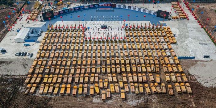 """شاحنات البناء التي جمعت لتضع حجر الأساس في ملعب """"زهرة اللوتس""""- 16 من نيسان (AFP via Getty Images)"""