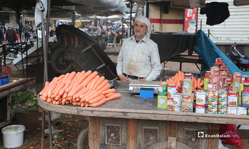 بائع خضرة في سوق مدينة إدلب- 7 من نيسان (عنب بلدي)