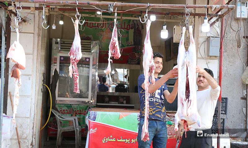 قصاب يقطع اللحمة في مدينة اعزاز بريف حلب خلال رمضان- 30 من نيسان (عنب بلدي)