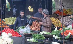 بائع خضرة وفواكه في سوق مدينة إدلب- 7 من نيسان (عنب بلدي)