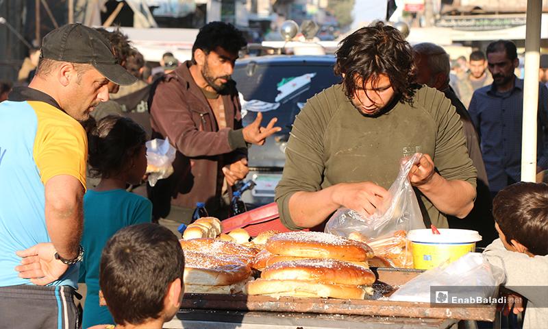 أهالي مدينة اعزاز بريف حلب يشترون المعروك من بائعه في رمضان- 30 من نيسان (عنب بلدي)