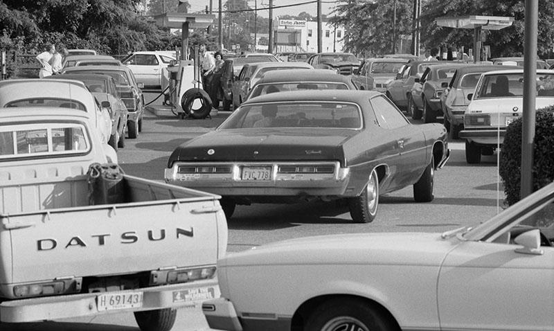السيارات تنتظر في طوابير طويلة بعد إيقاف تصدير النفط للولايات المتحدة 1973 (مكتبة الكونغرس)