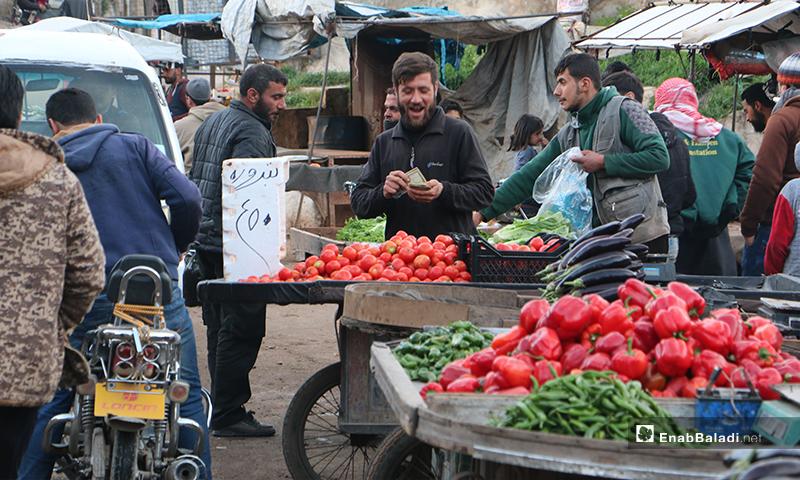 بائع خضرة في سوق مدينة إدلب- 7 من نيسان 2020 (عنب بلدي)