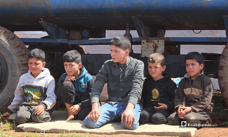 أحمد العلي الذي يتوسط الصورة، هو الأخ الأكبر ومعيل الأسرة