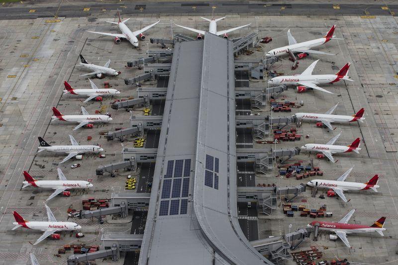 طائرات أفيانكا متوقفة في مطار الدورادو الدولي في بوغوتا، كولومبيا- 7 من نيسان (بلومبيرغ)