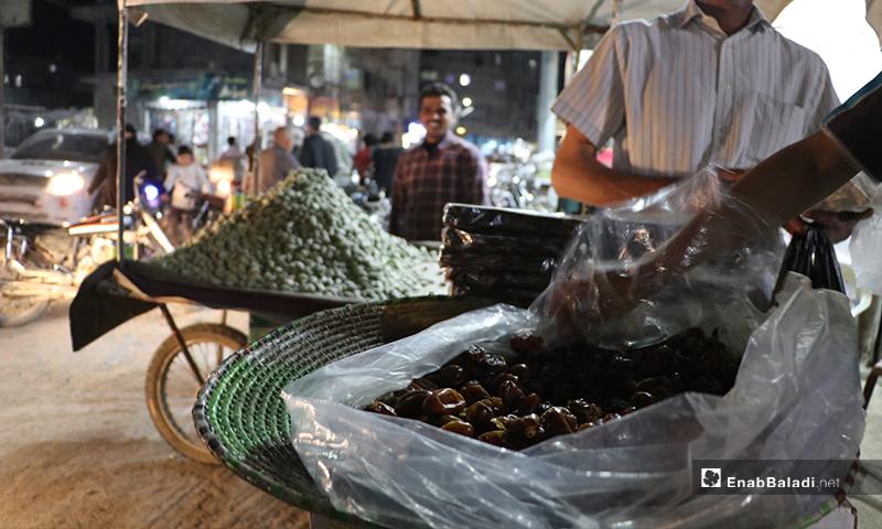 بائع تمر ومواد غذائية في مدينة الباب بريف حلب ليلة رمضان- 23 من نيسان (عنب بلدي)