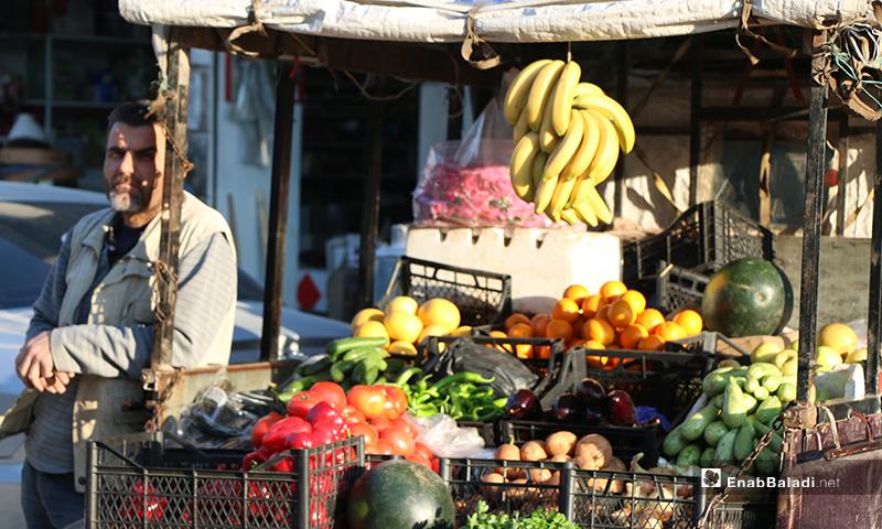بائع يقف إلى جانب عربته الخاصة بالخضرة وفواكه في مدينة اعزاز بريف حلب خلال رمضان- 30 من نيسان (عنب بلدي)