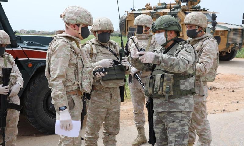 ضباط أتراك وروس على الطريق الدولي حلب- اللاذقية في إدلب- 21 من نيسان 2020 (وزارة الدفاع التركية)