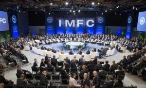 """محافظو البنك ووزراء المالية يطرحون صورة قبل بدء اجتماع """"IMFC"""" خلال الاجتماعات السنوية لصندوق النقد الدولي والبنك الدولي في البيرو- 15 من تشري الثاني 2015 (IMFC/FLICKER)"""