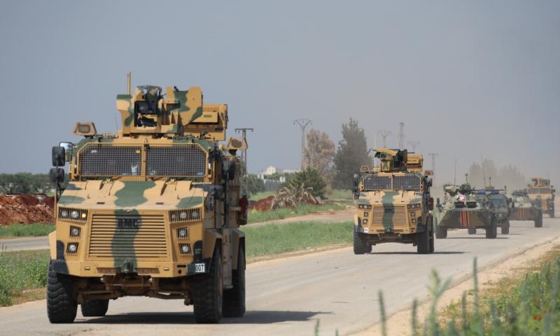 عربات مصفحة للقوات الروسية والتركية خلال تسيير الدورية المشتركة السابعة على طريق حلب اللاذقية الدولي - 30 نيسان 2020 (وزارة الدفاع التركية)