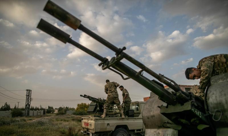 عناصر من قوات الوفاق على سيارات تحمل رشاشات ثقيلة - نيسان (الأناضول)