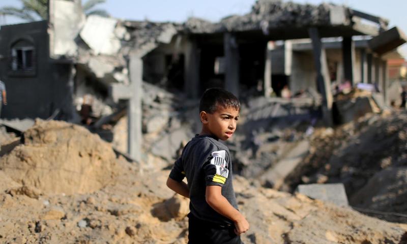 طفل فلسطيني يقف بين بيوت مهدمة إثر قصف إسرائيلي على قطاع غزة - 14 تشرين الثاني 2019 (رويترز)