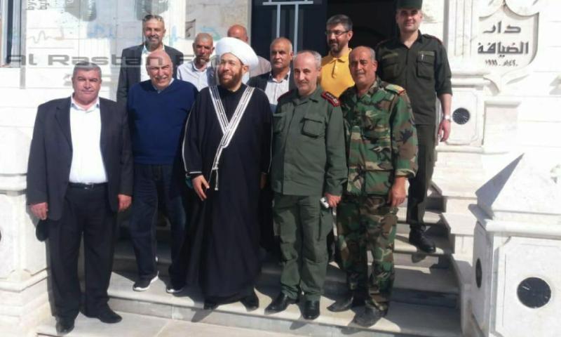 بدر الدين حسون في مع عدد من القيادات العسكرية والأمنية خلال زيارته إلى مدينة الرستن - 19 نيسان 2020 (إذاعة الرستن/ فيس بوك)