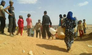 نازحوم سوريون في البادية السورية بالقرب من الحدود السورية الأردنية (AP)