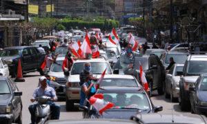 متظاهرون لبنانيون في سياراتهم في مدينة طرابلس - 21 نيسان 2020 (رويترز)