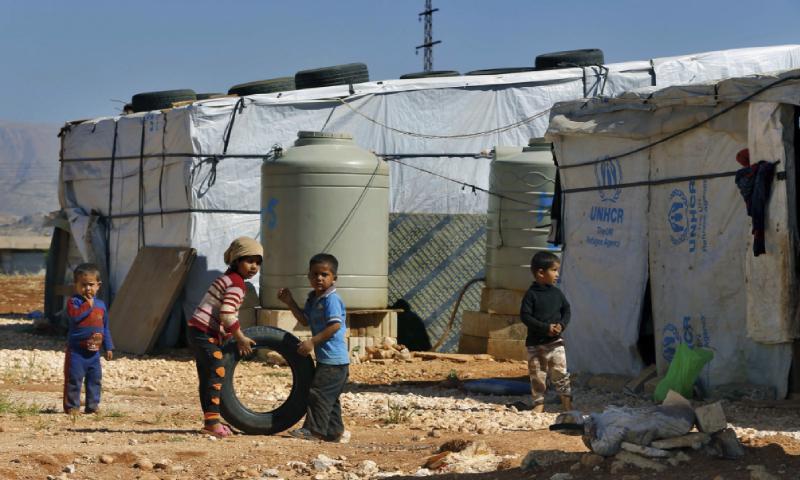 أطفال سوريون لاجئون يلعبون بجوار خيامهم - 20 كانون الثاني 2017 (AP)