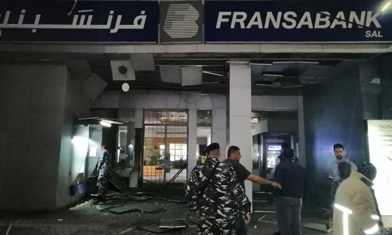 قوات الأمن اللبناني أمام مصرف فرنس بنك في صيدا بعد تعرضه لإلقاء قنبلة - 25 نيسان 2020 (الوكالة الوطنية)